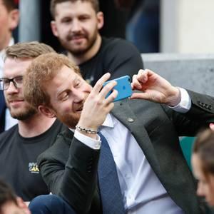 Prinz Harry steht auf blau beim Handy-Schutz - und jetzt wissen wir auch, welche Marke der Royal bevorzugt. Er gehört offensichtlich zu den Apple-Fans.