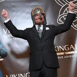 28. April 2017  Zwei Tage vor seinem 71. Geburtstag weiht König Carl Gustaf ein Wikingermuseum in Stockholm ein und ist dabei für jeden Spaß zu haben.