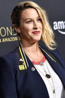 Wow! So sieht eine Typveränderung aus! Alanis Morissette präsentiert sich auf dem roten Teppich mit blonden Haaren. Ihre brünette Mähne gehört der Vergangenheit an, jetzt setzt sie auf einen coolen, blonden Longbob.