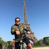 28. April 2017  Arnold Schwarzenegger erkundet Paris mit dem Rad. Natürlich muss da auch ein Erinnerungsfoto vor dem Eiffelturm geschossen werden.