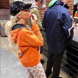 Bei diesem Outfit wissen wir gar nicht, wo wir anfangen sollen: Lila Socken in Schuhen mit Leo-Print, die gemusterte Leggins und der Hoodie in knall-orange - mit diesem Look liegt Daniela Katzenberger total daneben. Zum Glück scheint sie das selbst zu wissen, unter das Foto erklärt sie, sie habe nachts um 10 Lust auf Eis gehabt, und da sei ihr egal gewesen, wie sie aussieht.