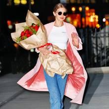 23. April 2017  Am Abend kommt Gigi Hadid mit Blumen unter dem Arm vom Feiern mit Freunden und Familie.