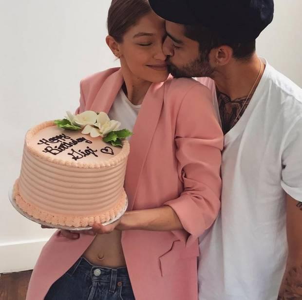 23. April 2017  Von ihrem Liebsten Zayn Malik bekommt Gigi Hadid zu ihrem 22. Geburtstag eine rosafarbene Cremetorte.