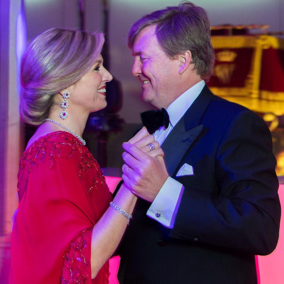 Immer noch so verliebt! Beim Geburtstagstanz schauen sich Königin Máxima und König Willem-Alexander tief in die Augen.
