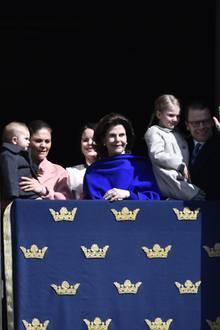 30. April 2017  Prinz Oscar, Prinzessin Victoria, Prinzessin Sofia, Königin Silvia, Prinzessin Estelle und Prinz Daniel verfolgen das Geschehen vom Fenster aus.
