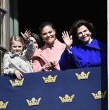 30. April 2017  Ein letztes Foto: Zum Abschied winken Prinzessin Estelle, Prinzessin Victoria und Königin Silvia in die Kameras.