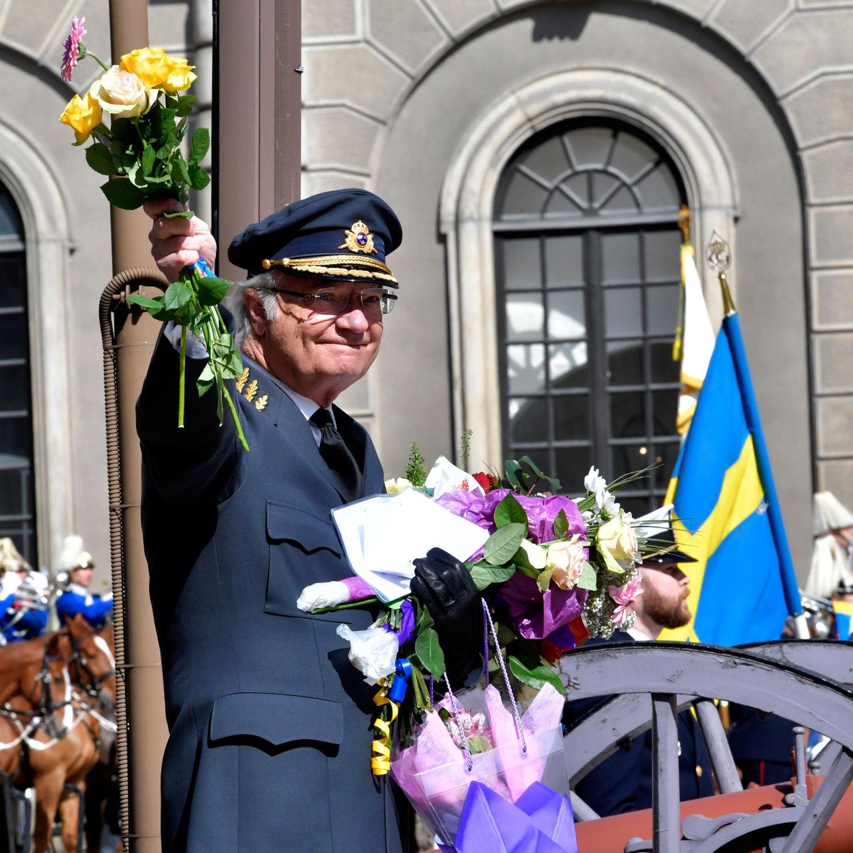30. April 2017  Herzlichen Glückwunsch - König Carl Gustaf von Schweden wird heute 71 Jahre alt. Im Schlosshof wird er vom Volk gefeiert und mit Blumen und Geschenken bedacht.