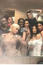 Alle bitte recht freundlich! Auch wenn die Protagonisten auf Kylie Jenners Spiegel-Selfie von der Met Gala 2017 zugegebenermaßen Klamotten anhaben, reicht die Menge an nackter Haut doch aus, um sich für diese Bilderstrecke zu qualifizieren. Oder, Kim?!