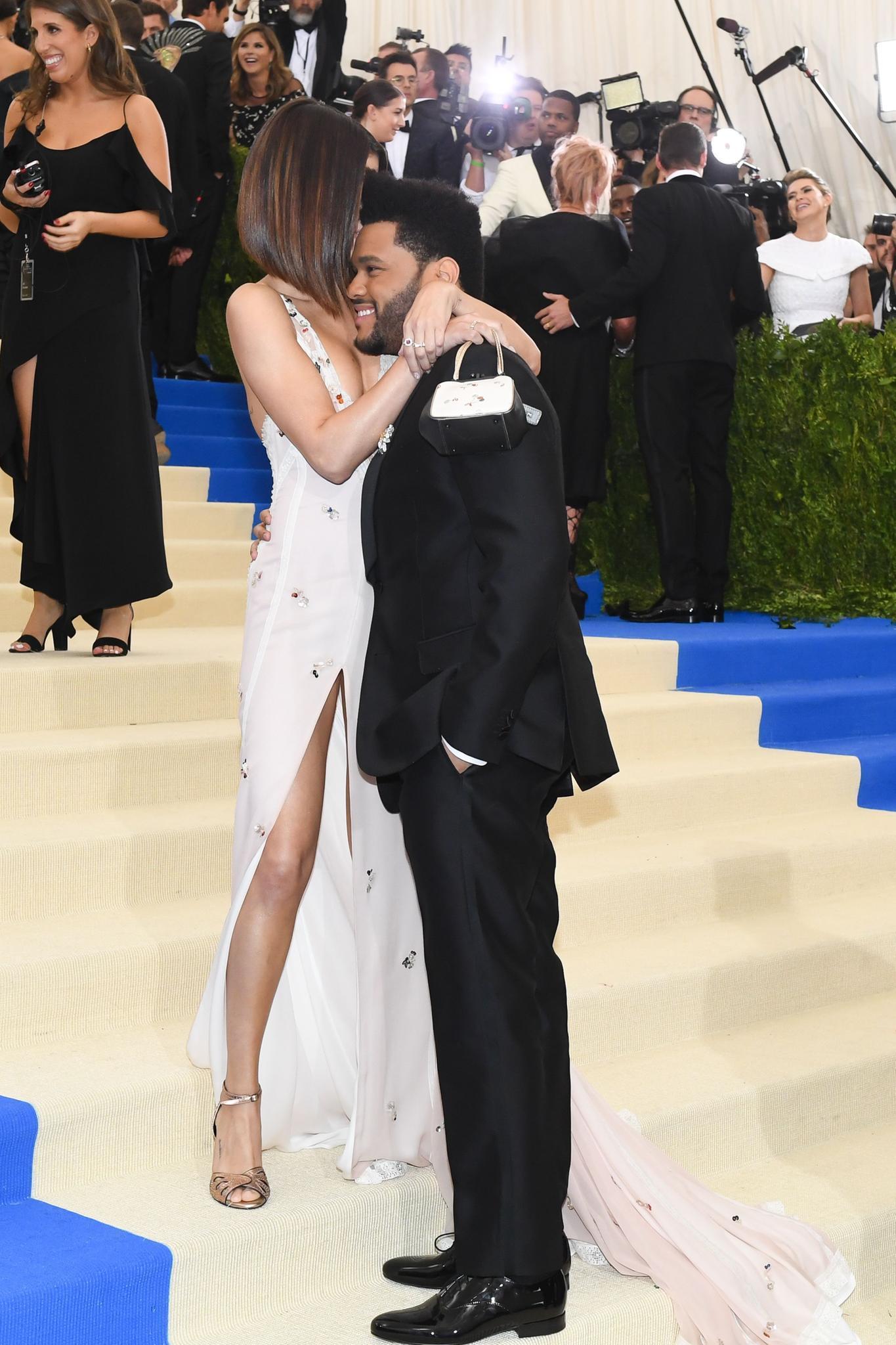 Selena Gomez und The Weeknd schwer verliebt auf der Met Gala 2017.
