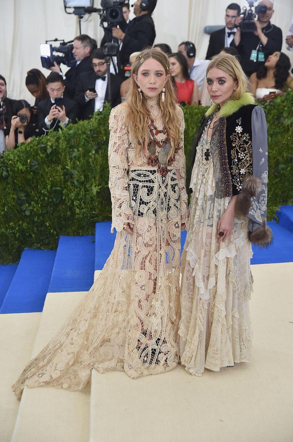 Sehr eigen im Hippie-Look zeigen sich wie üblich die Olsen-Zwillinge.