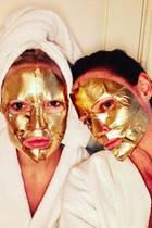 Kate Hudson und Stella McCartney bauen eine Goldmaske in ihre Beauty-Routine ein, um einen strahlend schönen Teint zu bekommen.