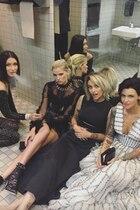 Oha! So sieht es also aus, wenn sich It-Girls von einer Party zurückziehen und eine kurze Auszeit genießen. Da wird sich dann auf den Badezimmer-Boden gehockt, die Heels hochgelegt und eine Zigarette angezündet. Ob Bella Hadid wohl so begeistert davon ist, dass Paris Jackson diesen privaten Schnappschuss mit ihren Instagram-Followern teilt?!