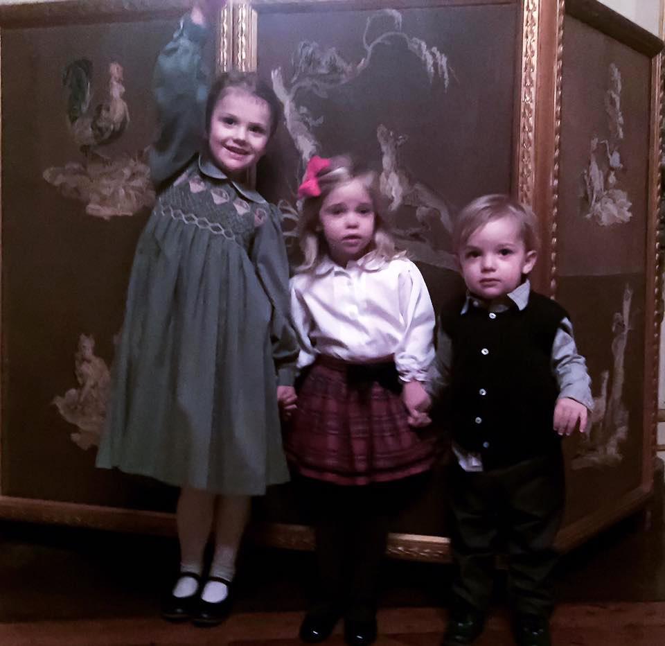 Auch beim Weihnachtsessen im Palast strahlt Estelle in dem grünen Kleid ihrer Mutter.