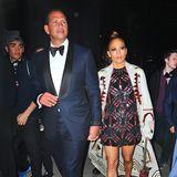 Im wilden Muster-Mix besucht Jennifer Lopez mit ihren Freund Alex Rodriguez Kate Perrys Met-Party im Boom Boom Room. Das blaue Traumkleid hat uns besser gefallen.