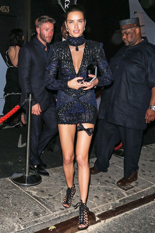 Unten sehr knapp, aber mit Rollkragen: Adriana Limas Pailletten-Dress wirkt nicht wirklich ausgewogen.