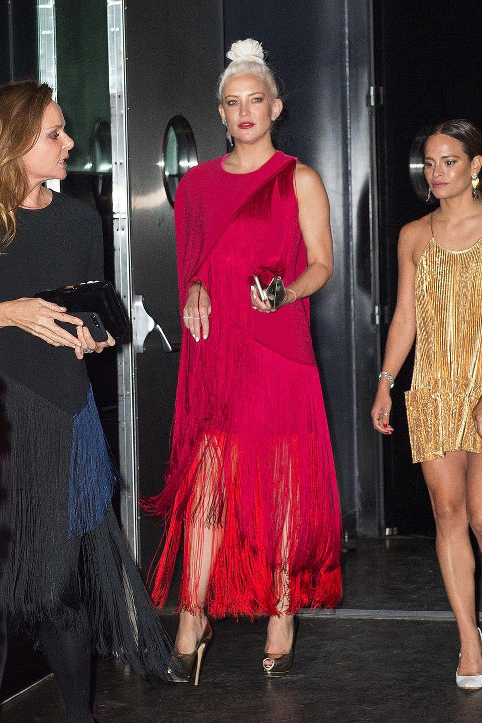 Im fransigen Partnerlook mit Freundin Stella McCartney besucht Kate dann die nächste Aftershow-Party.