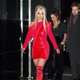 Gleiche Farbe, anderer Look: Im roten Lack-Outfit und ihrem Styling erinnert Rita Ora an eine Manga-Figur.