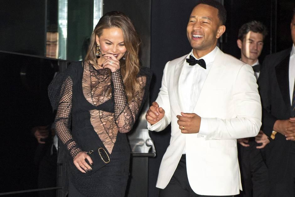 Besonders sexy finden wir den Laufmaschen-Look von Chrissy Teigen nicht. Mit ihrem Mann John Legend scheint sie sich jedoch köstlich zu amüsieren.