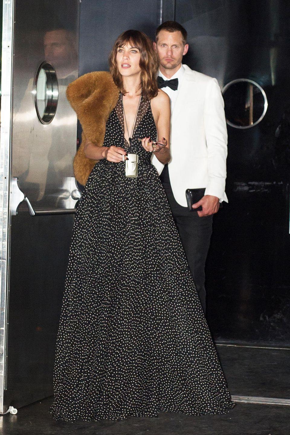 Alexa Chung und AlexanderSkarsgård sehen im schwarz-weißen Partnerlook zwar hübsch aus, den Teddy auf ihrer Schulter hätte Alexa aber ruhig zuhause lassen können.