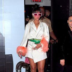 Rihanna sieht im Pyjama-Look so aus, als würde sie gleich ins Bett gehen wollen.