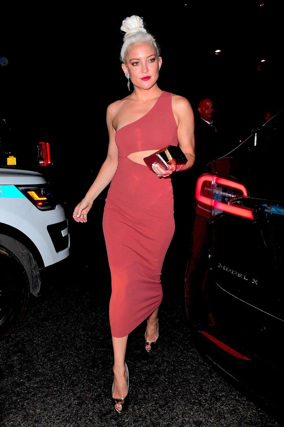 Kate Hudson machte nach der Met Gala noch Party-Hopping. Die Sause von Rihanna besuchte sie in diesem figurbetonten, asymmetrischen Dress.