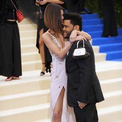 """Moment 4  ... als Selena Gomez ihren Freund, The Weeknd, vor lauter Liebe fast in ihrem Dekolleté erstickt und ihm in der Nähe seiner Ex-Schwiegermutter in spe, Yolanda Hadid, """"I love you"""" ins Ohr flüstert."""
