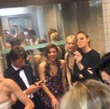 ... und die Clique rund um Maggie Gyllenhaal, Naomi Watts und Stella McCartney, die sich vom Gerauche ebenfalls anstecken lässt.
