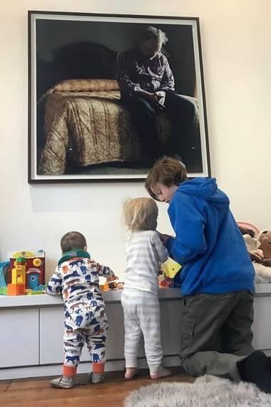 """29. April 2017  """"Lula, Sailor und Milo. Lula holt auf! So süß, wenn sie alle zusammen spielen, während Phil (Bild an der Wand von Philip Seymour Hoffman) über sie schaut"""" - postet die stolze Mutter Liv Tyler."""