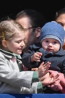 30. April 2017  König Carl Gustaf feiert seinen 71. Geburtstag mit seiner fast vollzähligen Familie. Estelle möchte Oscar offenbar zeigen, wie man klatscht. Aber Prinzessin Victorias Jüngster schaut lieber in den Schlosshof auf die viele Schaulustigen.