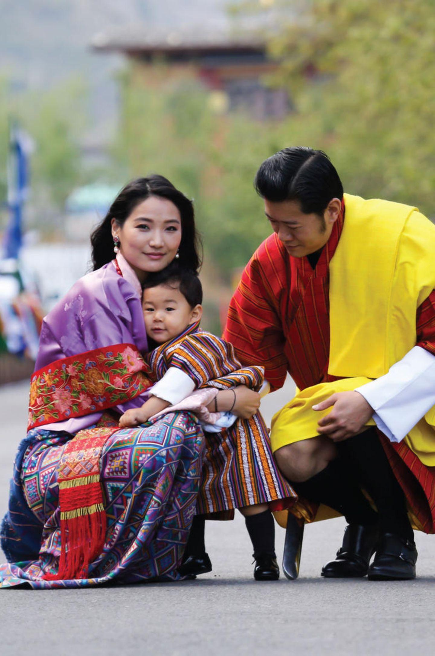 1. Mai 2017  Mit dem neuesten Kalenderblatt erinnert Bhutans Königspaar an den Tag im letzten Jahr, als ich kleiner Sohn ganz offiziell seinen Namen bekam.