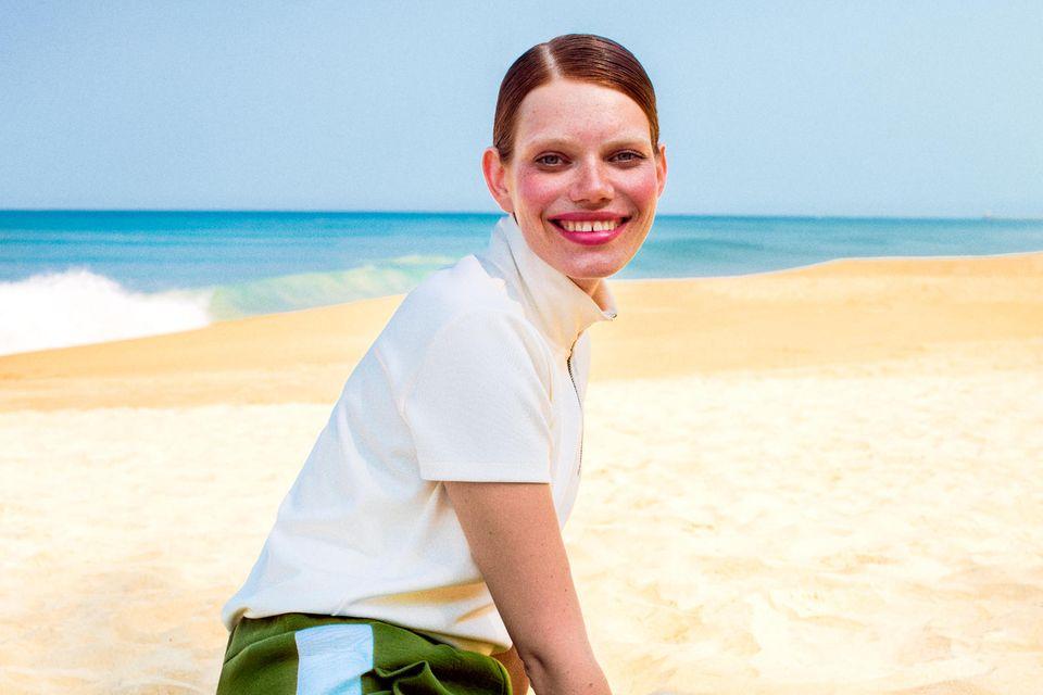 Cremeweißes Zip-Shirt von Closed. Grüne Sweatpants mit extrabreitem Seitenstreifen von Odeeh. Weiße Socken von Item M6. Lackslipper von Tod's. Gemusterter Nylon-Rucksack von Hermès