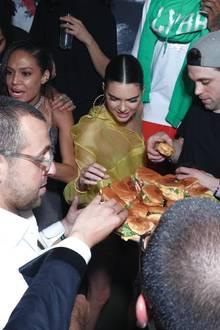 """Met Gala Afterparty im """"1OAK"""" Nightclub: Endlich gibt es was zu mampfen! Supermodel Kendall Jenner greift bei der Burgerplatte beherzt zu."""