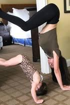 Yogaprofi Hilaria Baldwin scheint ihre Tochter Carmen angesteckt zu haben: Gemeinsam arbeiten sie an einer interessanten Yogapose... Nennen wir sie mal: Handstand-Türrahmenkick.