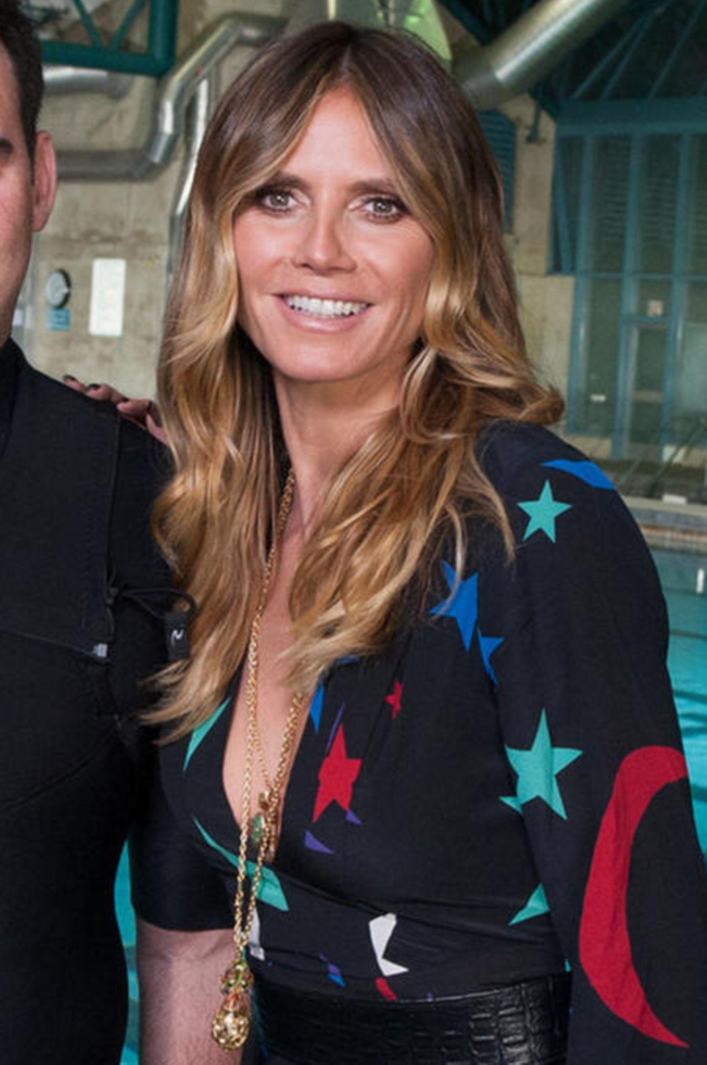 Staffel 12  Sehr sommerlich wirkt Heidi Klum im Mai 2017 am GNTM-Set. Ihr Teint scheint von der Sonne geküsst, ihr Haar davon natürlich aufgehellt. Vorbei sind die Zeiten der platinblonden Mähne und dem total coloriertem Haar. Und das steht ihr wirklich ausgezeichnet!