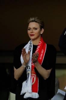 3. Mai 2017    Beim Champions-League-Halbfinale feuern Fürstin Charléne und Fürst Albert AS Monaco an. Mit Fan-Schaals ausgestattet, hält es die beiden nicht in ihren Sitzen. Leider hilft die royale Unterstützung nicht. Die Mannschaft verliert 0:2 gegen Juventus Turin.