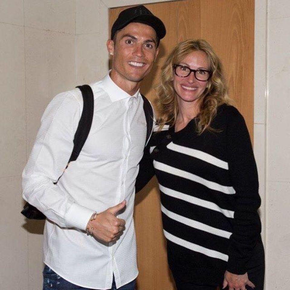 """Seine """"Pretty Woman"""": Hier darf Fußballgott Cristiano Ronaldo auch mal Fan sein. Stolz zeigt sich das Ausnahmetalent mit Julia Roberts und strahlt über das ganze Gesicht."""