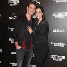 Im Partnerlook zeigen Bachelor Sebastian Pannek und seine Clea-Lacy ihre Verbundenheit. Seine Hose passt zu ihrer Jeansjacke, ihr Oberteil zu seinen Schuhen. Sogar ihr aufgesetztes Lächeln haben sie aufeinander abgestimmt.