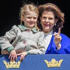 Estelle, das älteste Enkelkind des Königspaares, lauscht sehr genau, was ihre Großmutter ihr sagt.