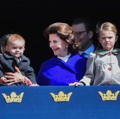 König Carl Gustaf feiert seinen 71. Geburtstag 2017 mit der ganzen Familie. Prinz Oscar kann das Geschehen im Schlosshof mitverfolgen verfolgen: Mama Victoria hat ihren Sohn auf dem Arm, Oma Silvia erklärt.