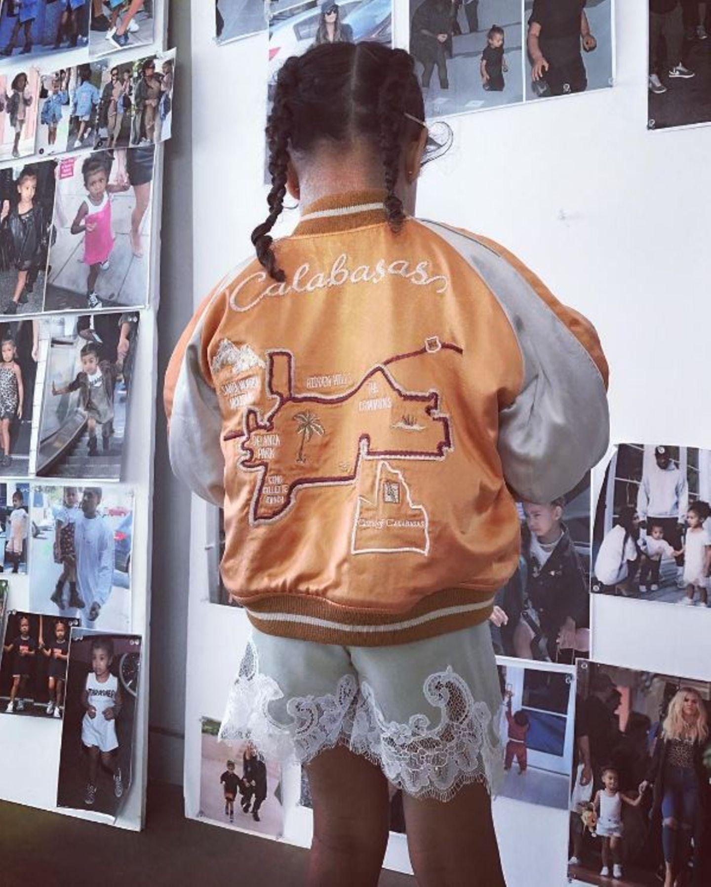 5. Mai 2017  Ganz schön lässig die kleine North. Oben sportlich unten schick, steht die Tochter von Kim und Kanye vor einer Fotowand mit Bildern von ihr und ihrer Familie.