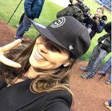 """Zusammen mit ihrem Ehemann Bastian Schweinsteiger besuchte sie ein Match der """"Chicago Cubs"""", wo Basti zeigt, dass er auch Baseball kann: Er wirft den """"First Pitch"""" während Ana von der Seitenlinie anfeuert."""