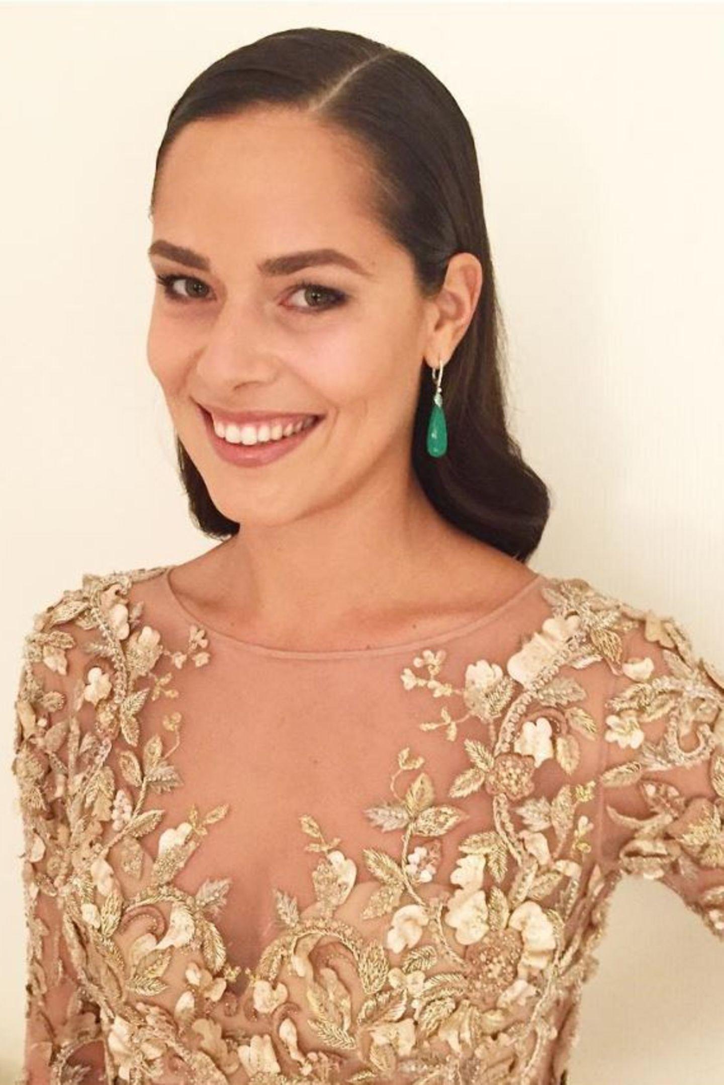 """Obwohl sie es im Alltag lieber natürlich hat, zeigt Ana mit diesem Bild von den """"Bambi""""-Awards, dass sie auch glamourös kann. Ein leichtes Make-Up und ein tolles, goldenes Kleid - schon ist der Look perfekt."""