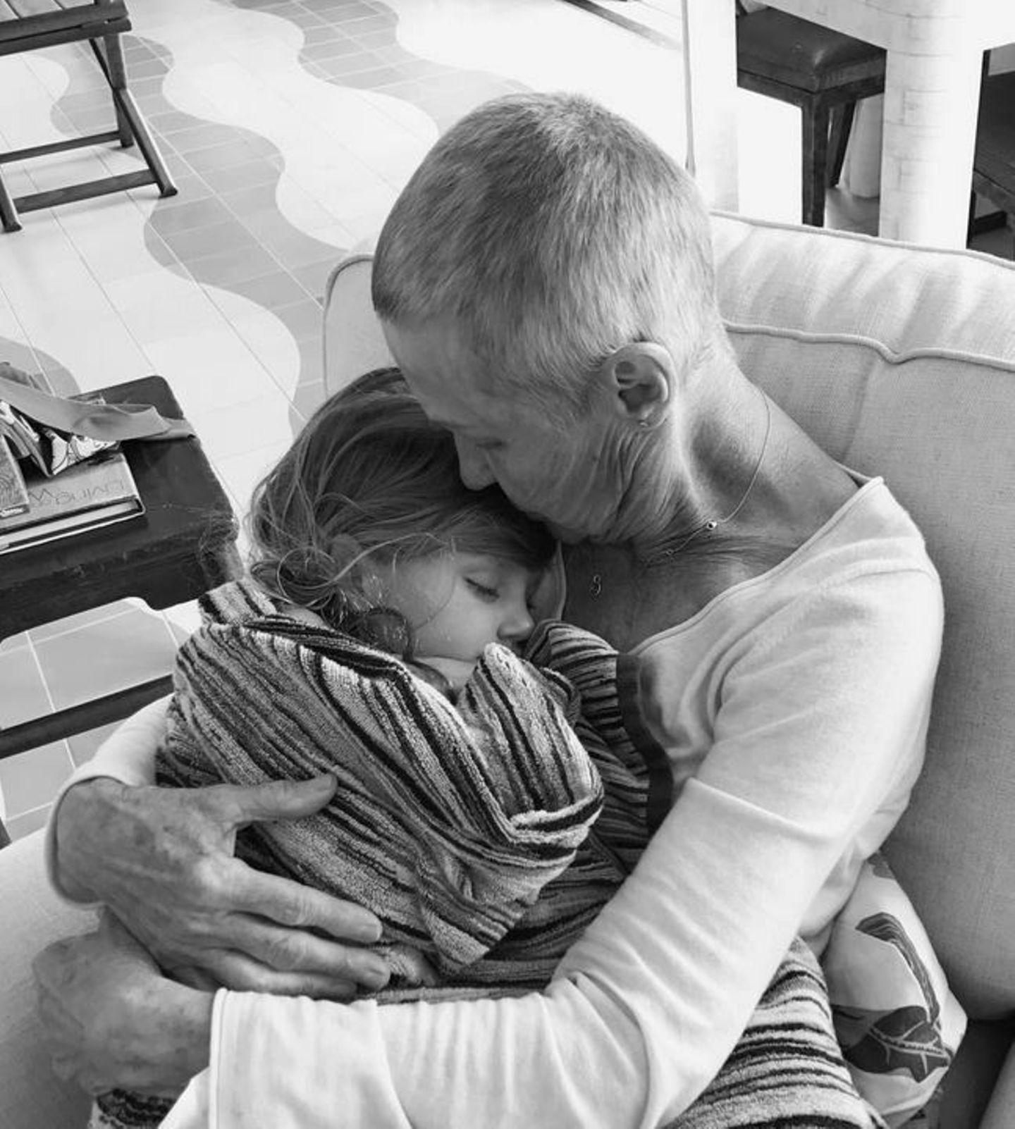 14. April 2017  Dieses Bild berührt das Herz. Vivian schläft tief und fest. Manchmal braucht es eben die Geborgenheit und die Umarmung von Oma.