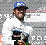 6. Mai 2017  Prinz Carl Philip liebt Motorsport und nimmt seit Jahren an den schwedischen GT-Meisterschaften teil. Nach seinem Pech in der Qualifikationsrunde konnte er seinen zweiten Platz in Knutstorp feiern. Wie es sich gehört natürlich mit einer Flasche Schampus.