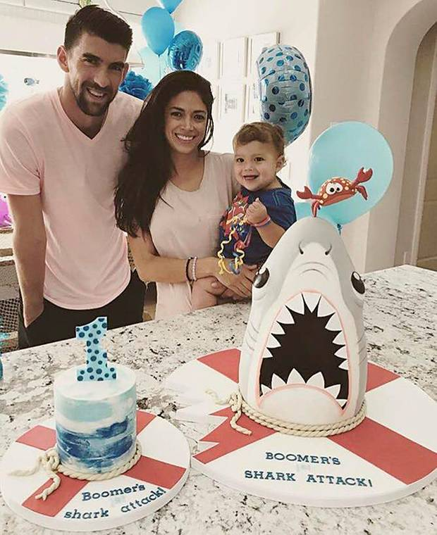 """5. Mai 2017  Mit """"Boomers erste Haiattacke"""" beweisen Michael und Nicole Phelps viel Humor. Zum ersten Geburtstag für Boomer gibt es diese ganz besondere Torte."""