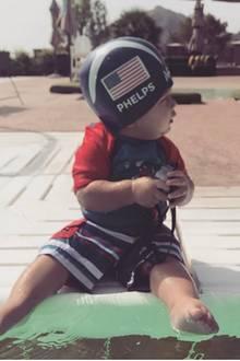 27. April 2017  Früh übt sich: Boomer hat schon mal die Olympiakappe von Michael Phelps auf, jetzt braucht es nur noch etwas Übung.