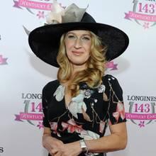 Steffi Graf beweist beim 143. Kentucky Derby guten Geschmack. Zum sommerlichen Blumenkleid trägt sie einen schwarzen Hut mit sehr breiter Krempe und floralem Statement-Piece in Grau und Cremeweiß.