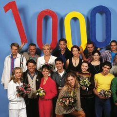1996 wird GZSZ vierstellig. 1000 Folgen liefen bisher im deutschen Fernsehen. Das wird mit diesem coolen Foto festgehalten, das heute ziemlich retro wirkt.