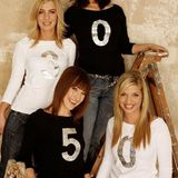 Erst wenn sich Jasmin Weber, Josephine Schmidt, Maike von Bremen und Susan Sideropoulos richtig positionieren, sieht man, dass ihre Shirts eine Zahl bilden.