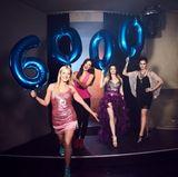 Mit überdimensionalen Ballons feiern Valentina Pahde, Janina Uhse, Anne Menden und Linda Marlen Runge die 6000. Folge.